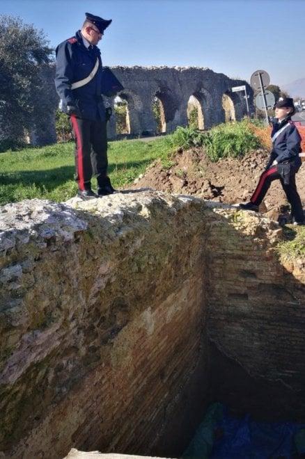 Minturno, scoperte due tombe romane: dentro ci sono scheletri e corredi funerari