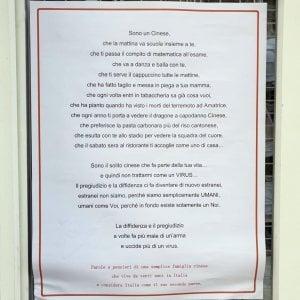"""Coronavirus, a Roma spunta il cartello: """"Il pregiudizio uccide più di un virus"""""""