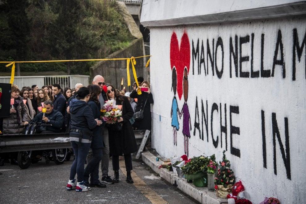 Candele bianche e rosa per ricordare Gaia e Camilla, investite e uccise su Corso Francia