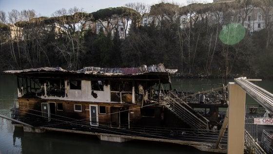 Roma, incendio su un barcone sul Tevere: in fiamme il circolo Ondina