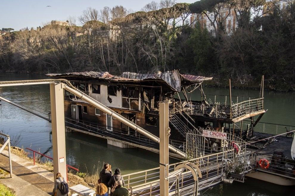 Roma, in fiamme sul Tevere il barcone del Circolo Ondina