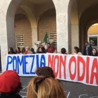 Pomezia, studenti e associazioni in piazza contro odio e razzismo: