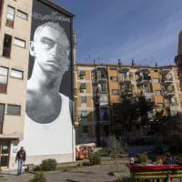 Roma, a Cinecittà il grande murale dedicato a Eros Ramazzotti