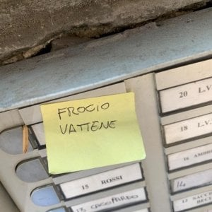 """""""Fr... vattene"""": scritta omofoba sul citofono di Luca Tommassini a Roma"""