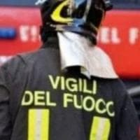 Roma, incendio in un'officina, ustioni alle mani per i proprietari