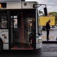 Rompe vetro del bus con un pugno, denunciato a Roma