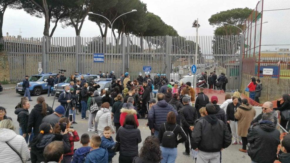 Protesta nel carcere di Rebibbia: i familiari dei detenuti bloccano la Tiburtina a Roma