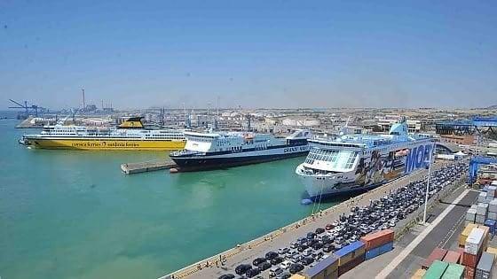 """Coronavirus, a Civitavecchia bloccati 80 studenti spagnoli all'imbarco. Il sindaco: """"Quattro con febbre, affidati alla Asl"""""""