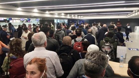 Coronavirus, a Fiumicino passeggeri si ammassano al controllo passaporti
