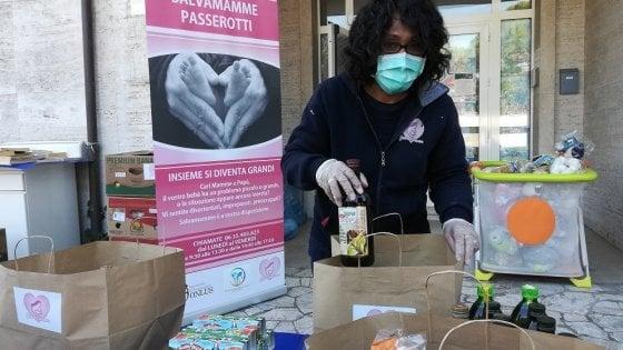 Coronavirus Roma, la sedia solidale con aiuti per anziani e precari