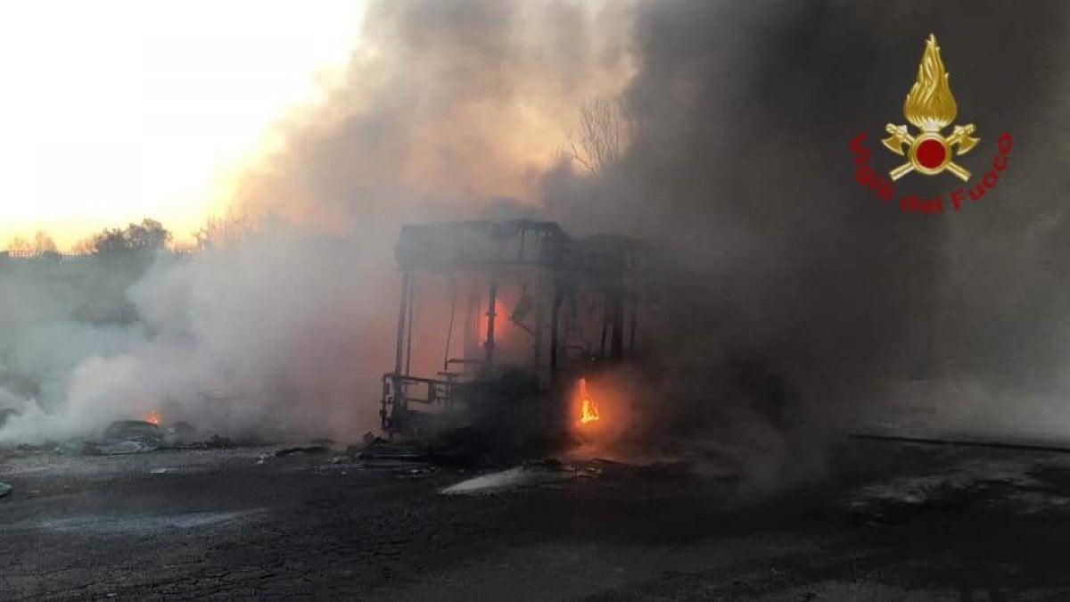 Bus in fiamme tra Roma e Pomezia, nessun ferito. E' l'ottavo caso dall'inizio dell'anno