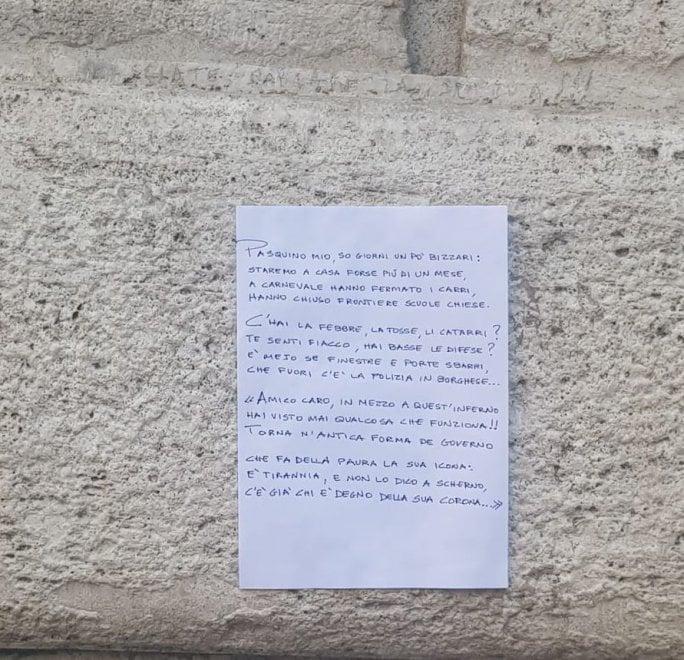 """Coronavirus a Roma, sotto la statua parlante spunta la poesia: """"Pasquino mio, so' giorni un pò bizzarri"""""""