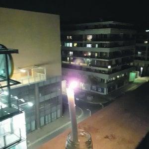Coronavirus Roma, candele al balcone per dire addio all'inquilino