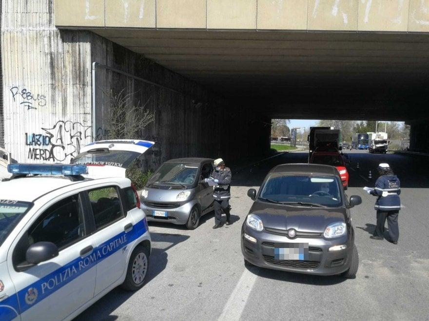 Roma, posti di blocco in tutta la città, lunghe code nonostante il coronavirus