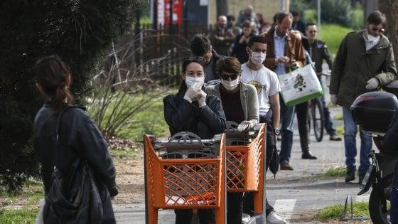 Coronavirus, a Roma file ai supermarket per la spesa: vuoti gli scaffali di aperitivi e torte