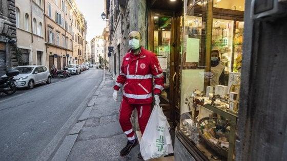 """Coronavirus e solidarietà, a Roma i pacchi della spesa li porta la Cri: """"Così aiutiamo gli anziani soli"""""""