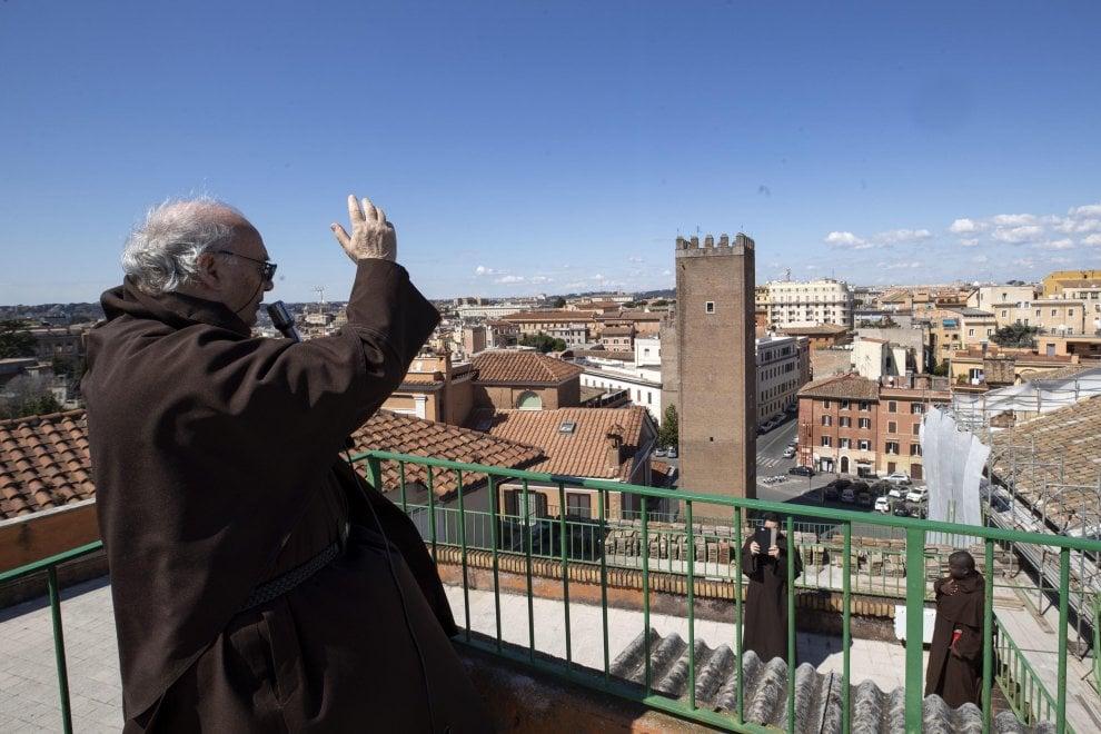 Coronavirus Roma, la preghiera sul tetto del parroco di San Martino ai Monti