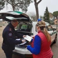 Coronavirus Roma,  carabinieri e polizia consegnano tablet agli  studenti