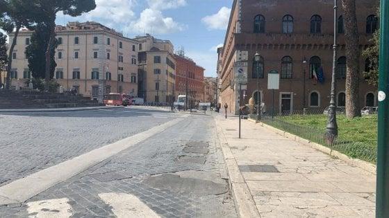 """Roma, in piazza Venezia arriva un altro cantiere. Raggi: """"Rifacciamo il fondo stradale mantenendo i sampietrini"""""""