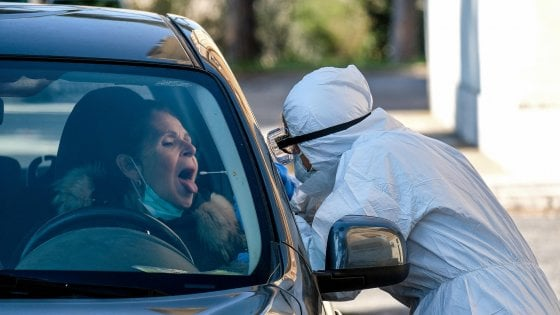 Coronavirus Roma, arriva il tampone drive in: test dall'auto al Santa Maria della Pietà