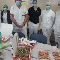 """Coronavirus, pizza gratis agli infermieri di Tor Vergata. Che ringraziano: """"Ce la faremo"""""""
