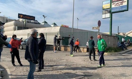 Coronavirus, Nettuno assessori e consiglieri sfidano i divieti ed escono in strada per bloccare l'arrivo di 50 migranti