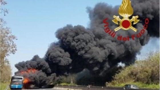 Bus Cotral a fuoco sulla Pontina: tanta paura, nessun ferito
