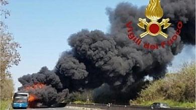 Bus Cotral a fuoco sulla Pontina  tanta paura, nessun ferito