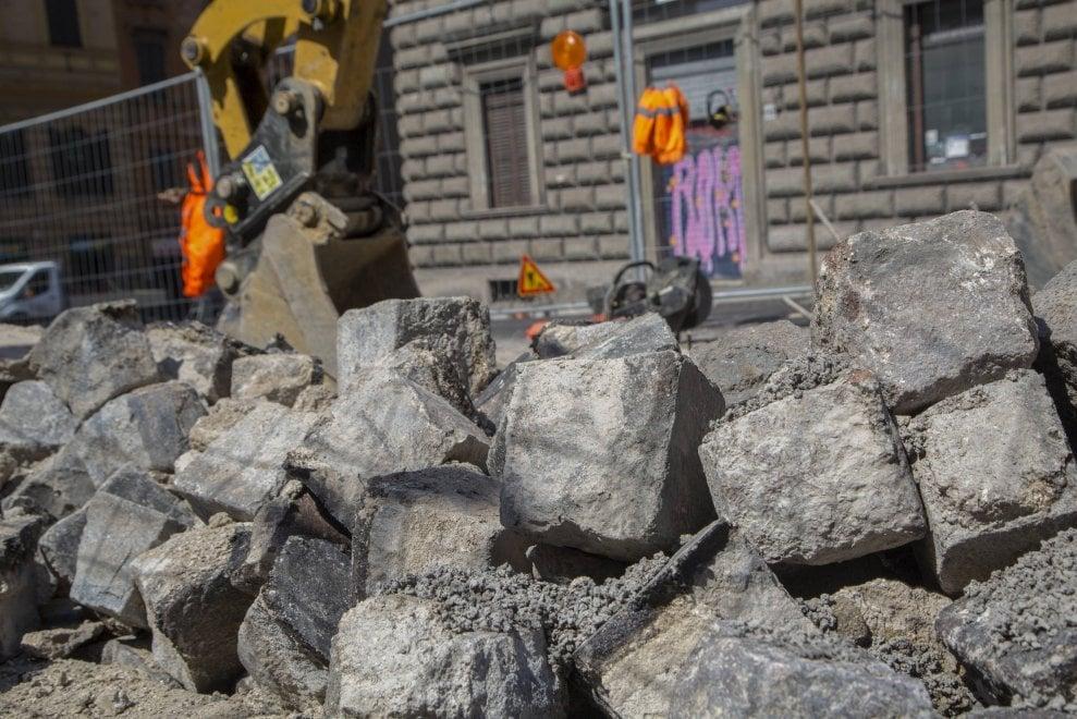 Roma, addio sampietrini in via IV Novembre: parte il cantiere per sostituirli con l'asfalto