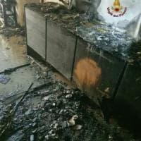 Roma, fiamme in appartamento in via Latina persone salvate sul tetto. Intossicato