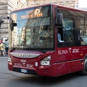 """Coronavirus Roma, autobus a numero chiuso: """"Non più di 20 passeggeri"""". Scontro sulle sanificazioni"""