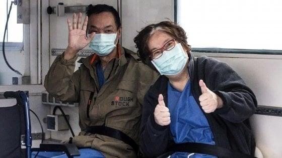 """Coronavirus, a Roma dimessa la coppia cinese: furono primo caso in Italia. """"Grazie, ci avete salvato"""""""