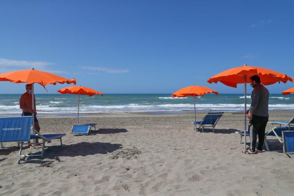 Ombrelloni e lettini a distanza: prove di estate sulla spiaggia di Capocotta