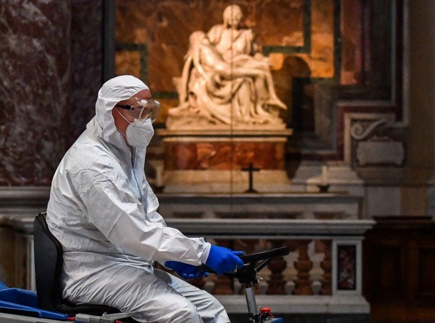 Mascherine, guanti e tute: la sanificazione della Basilica di San Pietro