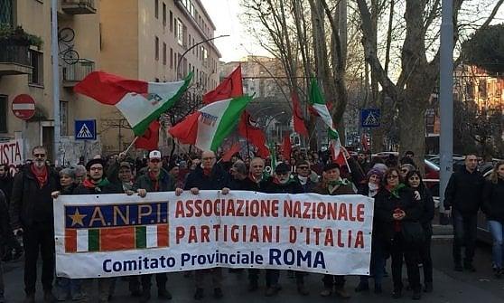 Roma, manifestazione antifascista contro l'occupazione d'estrema destra a Ostia