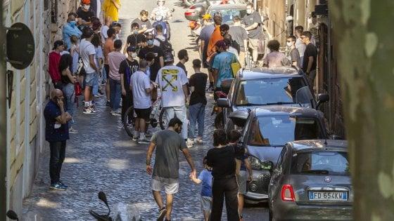 """Roma, su rischio contagi emergenza giovani: dai pub alla fila per le scarpe """"assembramenti pericolosi"""""""