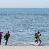 Fase 2, a Ostia primi tuffi e passeggiate sulla spiaggia
