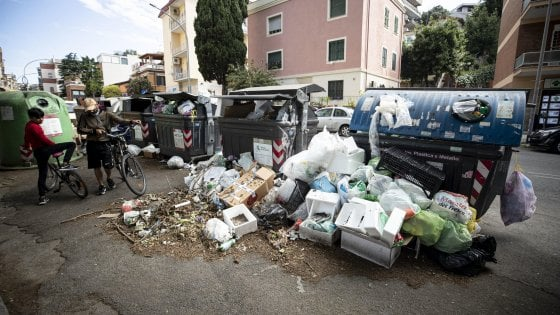 Rifiuti Roma, Ama ferma il porta a porta in alcune zone. Ed è polemica col Campidoglio