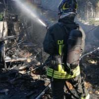 Roma, incendio in un deposito auto in via della Magliana