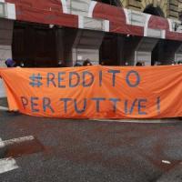 """Roma, presidio delle reti sociali e precari davanti al Mef: """"Contro le nuove povertà..."""