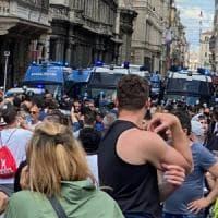 """'Gilet arancioni' e Casapound in piazza a Roma contro il governo. """"Il virus non esiste""""...."""
