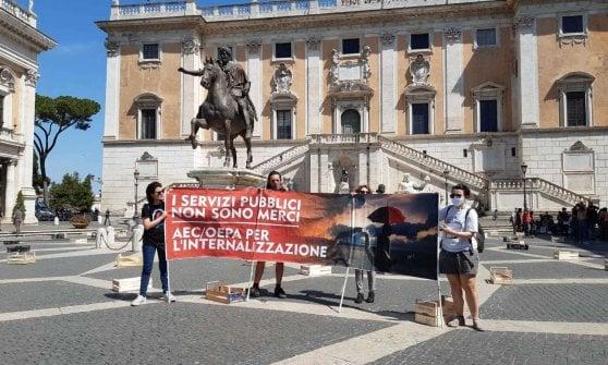 """Roma, gli ombrelli rossi tornano in Campidoglio: """"Noi educatori di sostegno per una scuola aperta a tutti"""""""