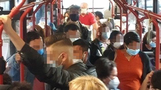 """Roma, metro ferme e navette piene senza distanziamento. I passeggeri: """"Rischio contagio"""""""