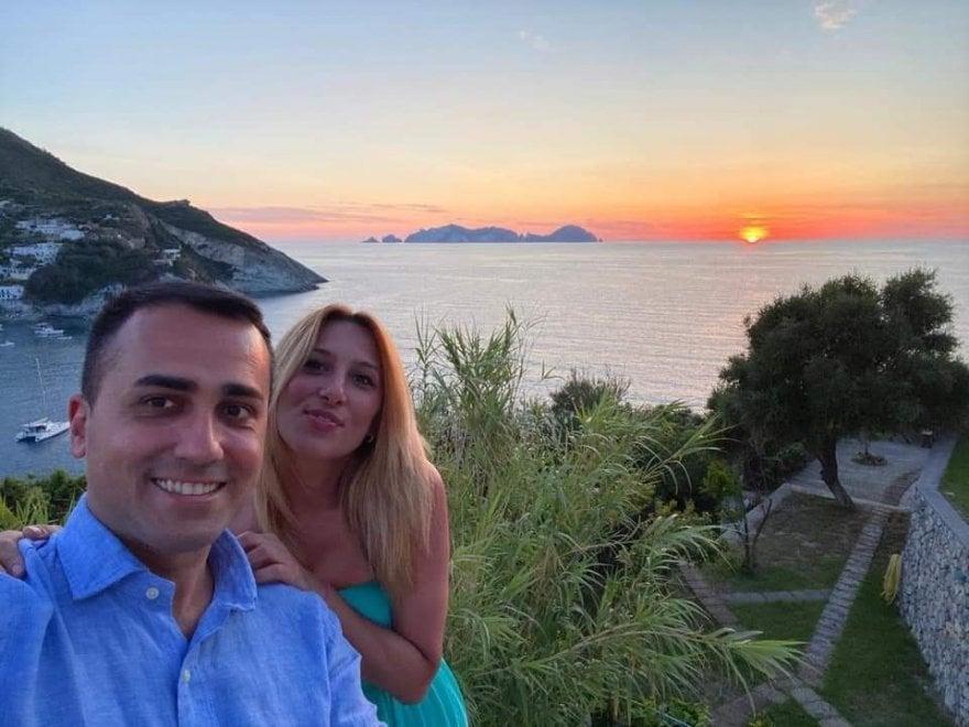 """Di Maio in vacanza a Ponza, lo scatto con la fidanzata. """"L'Italia è il paese più bello del mondo"""""""