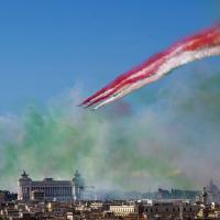 Due giugno, le acrobazie delle frecce tricolori sull'Altare della Patria dal Pincio