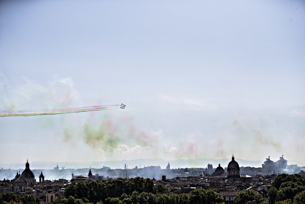 Due giugno, lo spettacolo delle frecce tricolori sull'Altare della Patria e sui monumenti di Roma