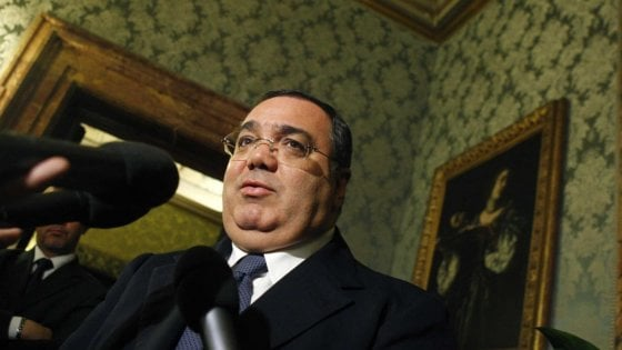 L'ex senatore De Gregorio e la commercialista: estorsioni a due bar di Roma e riciclaggio. Sei arresti e un latitante