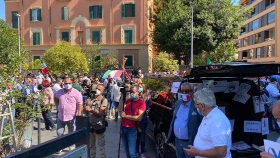 """La protesta dei bus turistici davanti alla Regione Lazio. """"Senza Cig e senza aiuti siamo destinati a fallire"""""""