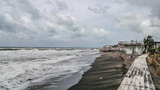 Maltempo Lazio, forti mareggiate sul litorale: danni a Ostia, Fiumicino e Fregene
