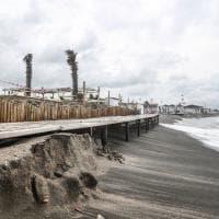 La mareggiata devasta il litorale romano: travolti ombrelloni, sdraio e le paline